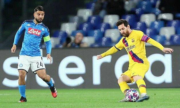 Messi (phải) không chơi nổi bật trước Napoli. Ảnh: Photo Moscow.