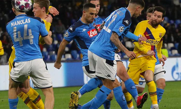 Messi trận này im tiếng vì bị vây chặt giữa biển người của Napoli. Ảnh: ANSA.