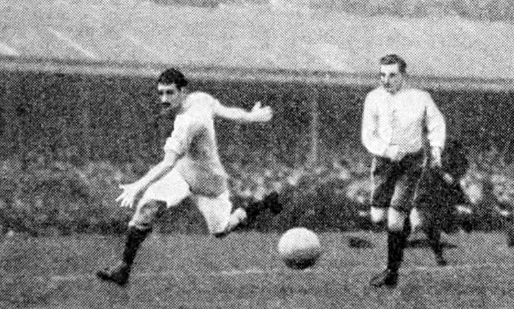 Meredith (trái) giúp Man Citythắng Bolton 1-0 ở chung kết cúp FA năm 1904.