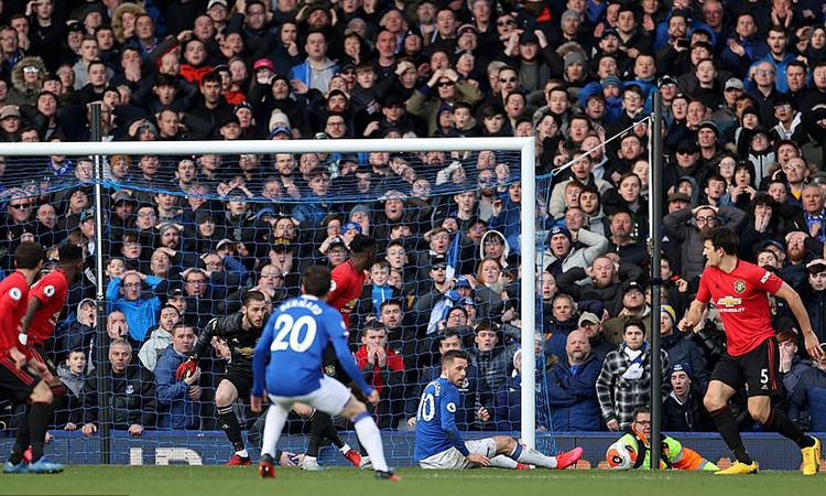Sigurdsson (số 10) rụt chân lại và bị bắt lỗi việt vị trong tình huống Everton sút tung lưới Man Utd. Ảnh: Reuters.