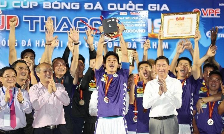 Văn Quyết nâng Cup vô địch cho Hà Nội sau trận thắng TP HCM. Ảnh: Đức Đồng.