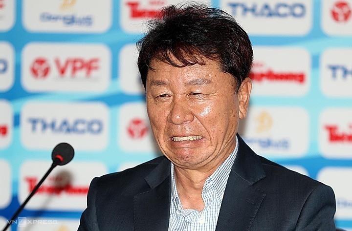 HLV Chung Hae-soung phát biểu sau trận Siêu Cup. Ảnh: Đức Đồng.