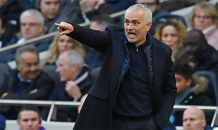 Mourinho tức giận với nhiều tình huống phòng ngự hớ hênh của các học trò. Ba bàn thua trước Wolves hôm nay khiến Tottenham thủng lưới tới 21 lần chỉ trong 16 trận Ngoại hạng Anh tính từ khi Mourinho về nắm đội hôm 20/11/2019. Ảnh: Reuters.