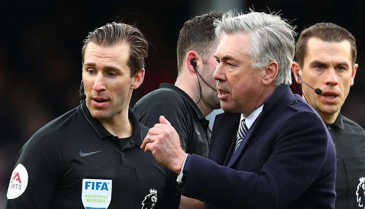 HLV Ancelotti bức xúc khi trọng tài không công nhận bàn thắng ở phút bù giờ của Everton.