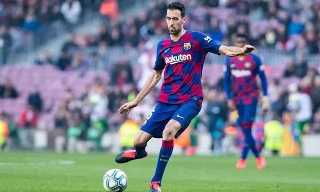 Trong hàng tiền vệ bốn người của Barca tối 1/3, chỉ Busquets được chơi đúng sở trường. Ảnh: AFP.