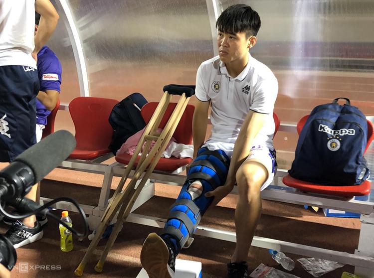 Duy Mạnh (áo tím) được nẹp để cố địnhchân sau chấn thương hôm qua 1/3. Ảnh: Đức Đồng.