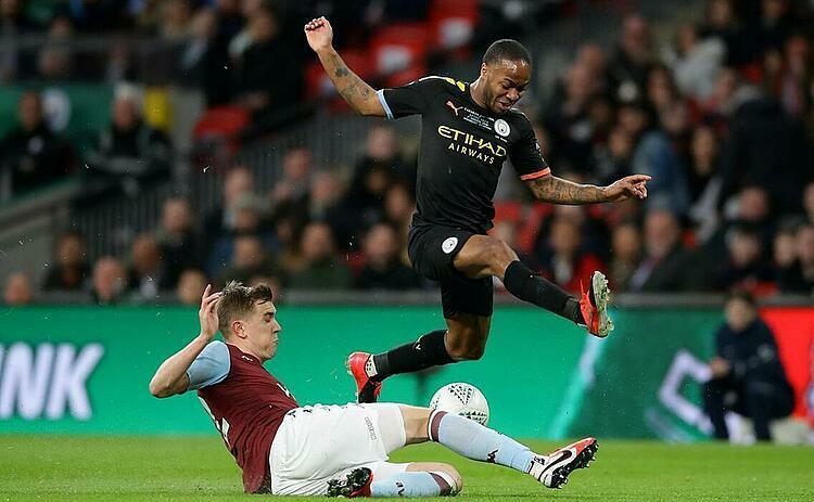 Sterling (áo đen) và đồng đội vẫn được đánh giá cao hơn Aston Villa. Ảnh: Reuters.