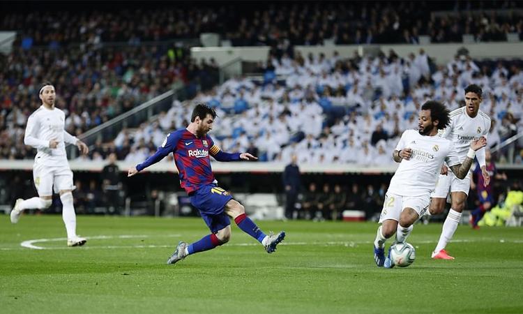 Marcelo trong một tình huống cản phá Messi dứt điểm. Ảnh: AP.