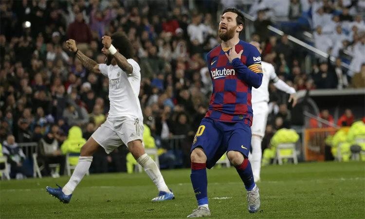 Marcelo làm hỏng cơ hội của Messi và cứu Real khỏi bàn thua. Ảnh: AP.