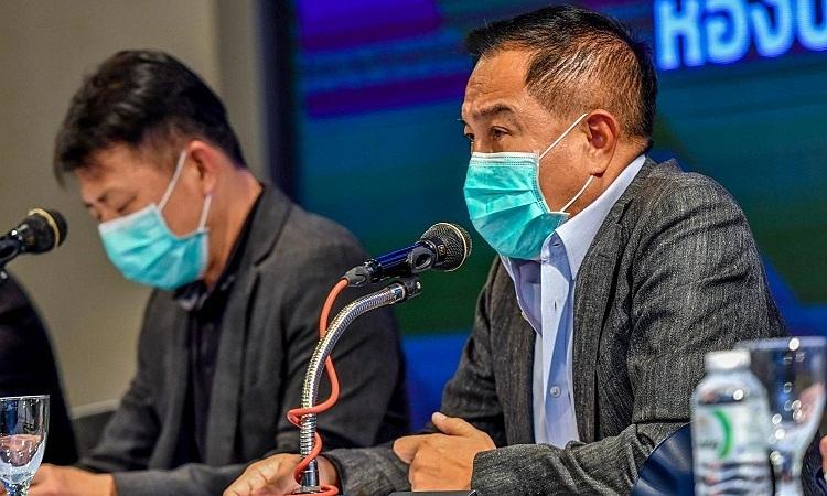Chủ tịch FAT Somyot Poompunmuang đeo khẩu trang trong một cuộc họp. Ảnh: Bangkok Post.