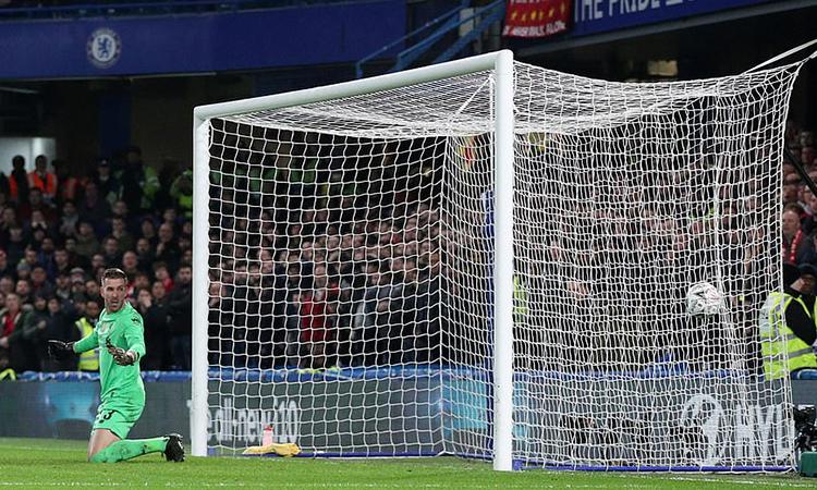 Adrian mắc sai lầm trong bàn mở tỷ số của Chelsea. Ảnh: Reuters.