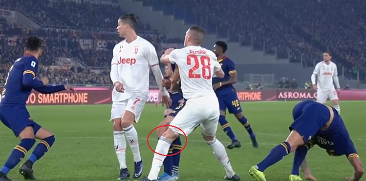 Demiral (số 28) tiếp đất chân trái, va chạm với cầu thủ Roma, dẫn tới trật khớp gối, đứt dây chằng.