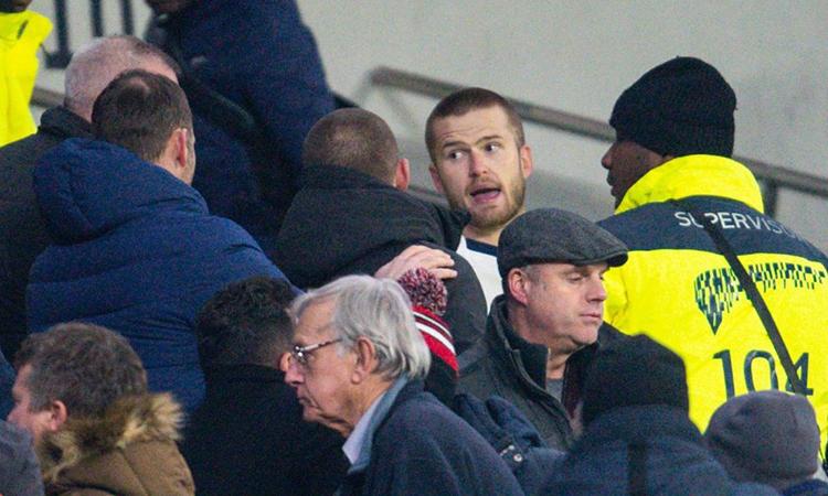 Nhân viên an ninh sân Tottenham vây chặt Dier và yêu cầu anh vào đường hầm. Ảnh: REX.