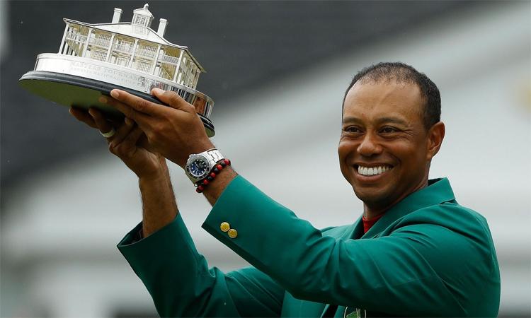 Chiếc cúp vô địch The Masters mà anh nâng trên sân Augusta hôm 14/4/2019 là một trong 15 danh hiệu major của Tiger Woods. Ảnh: AP.