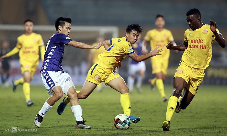 Văn Quyết (trái) góp hai kiến tạo trong chiến thắng mở màn mùa giải mới của Hà Nội. Ảnh: Lâm Thỏa.