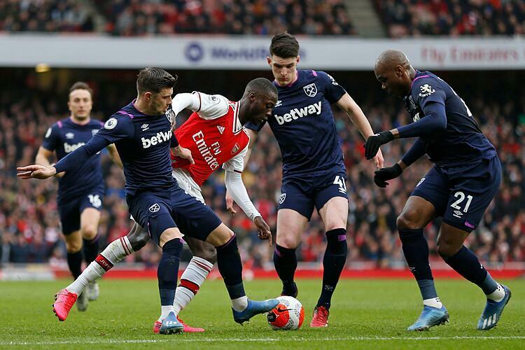 Chiến thắng nhọc nhằn trước West Ham giúp Arsenal (đỏ trắng) thu hẹp khoảng cách với Top 4. Ảnh: Sky.