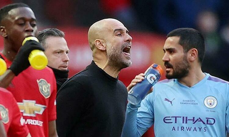 Guardiola cư xử lạ trước phóng viên sau trận thua Man Utd. Ảnh: Reuters.