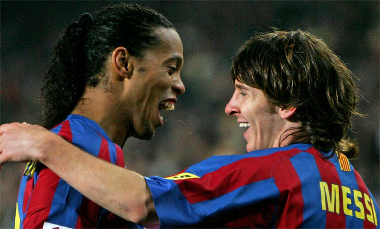 Ronaldinho và Messi có nhiều kỷ niệm trong bốn năm là đồng đội tại Barca. Ảnh: Reuters.