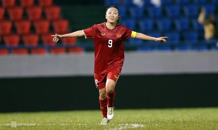 Niềm vui của Huỳnh Như sau khi sút tung lưới Australia...
