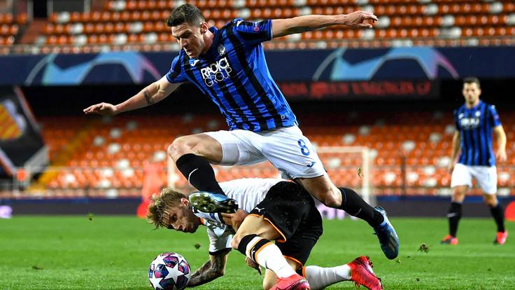 Cầu thủ chạy cánh trái Robin Gosens (số 8) trong một tình huống tăng tốc tấn công biên của Atalanta. Ảnh: EPA.