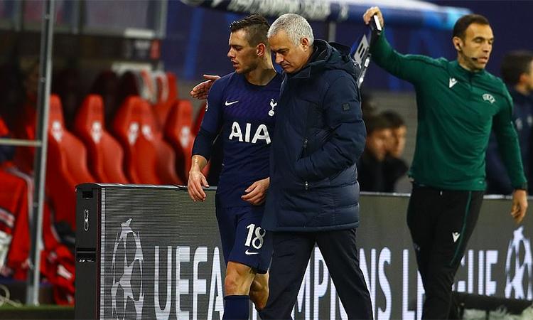 Mourinho vỗ về học trò Lo Celso khi rút anh này khỏi sân từ phút 80 trận lượt về vòng 1/8 Champions League trên sân Red Bull Arena, Leipzig, Đức hôm 10/3. Ảnh: BPI.
