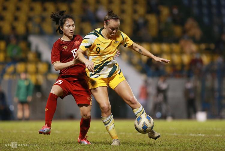 Việt Nam vất vả theo kèm các cầu thủ Australia có thể hình, thể lực vượt trội. Ảnh: Lâm Thoả