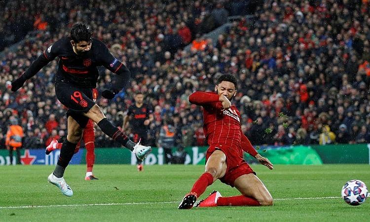 Atletico (áo đen) chiến thắng tại Anfield. Ảnh: Reuters.
