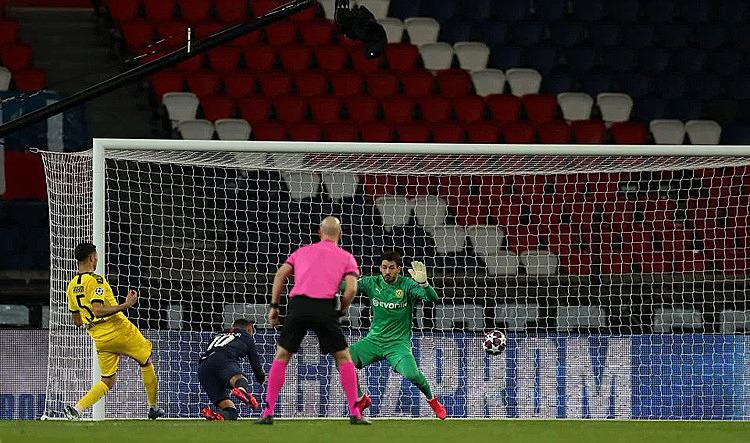 Pha đánh đầu ghi bàn trong thế không người kèm của Neymar (số 10). Ảnh: AP.