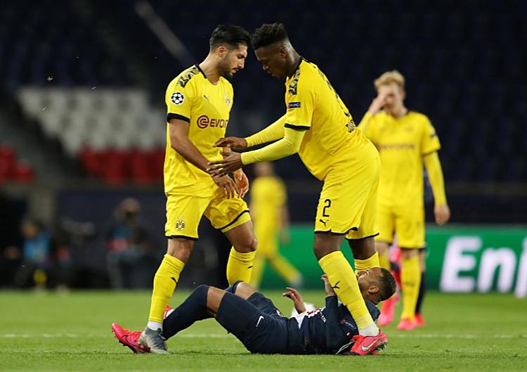 Can (trái) đẩy ngã Neymar và nhận thẻ đỏ. Ảnh: Reuters.