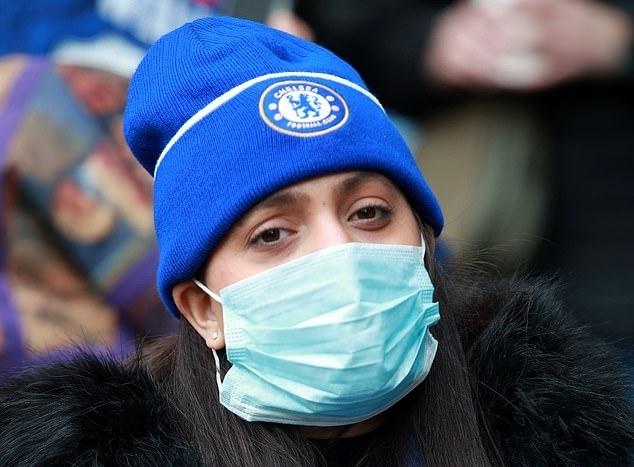 CĐV Chelsea đeo khẩu trang tại sân Stamford Bridge cuối tuần trước. Ảnh: PA.