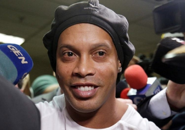 Ronaldinho bị cấm ghi bàn trong tù - ảnh 1