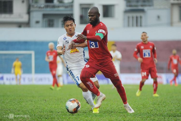 Đinh Thanh Trung (áo trắng) là người chuyền bóng để Anh Hùng tạt đập chân Hoàng Vissai mở tỷ số trong trận đấu chiều 13/3. Ảnh: Công Dụng
