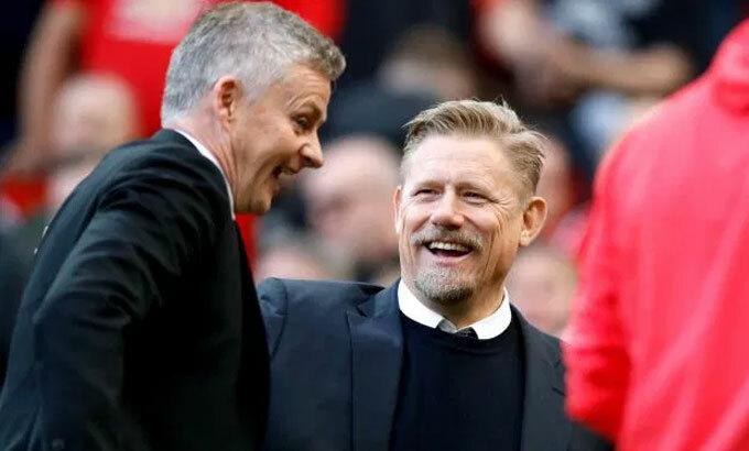 Schmeichel (giữa) từng thi đấu cùng Solskjaer trong đội hình Man Utd năm 1999. Ảnh: PA.