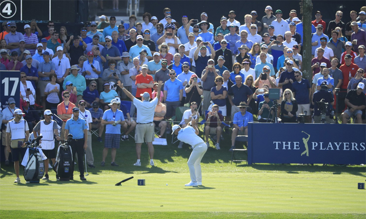 Rất đông khán giả đến sân Stadium để chứng kiến các golfer so tài ở vòng một The Players Championship hôm 12/3. Ảnh: LA Times.