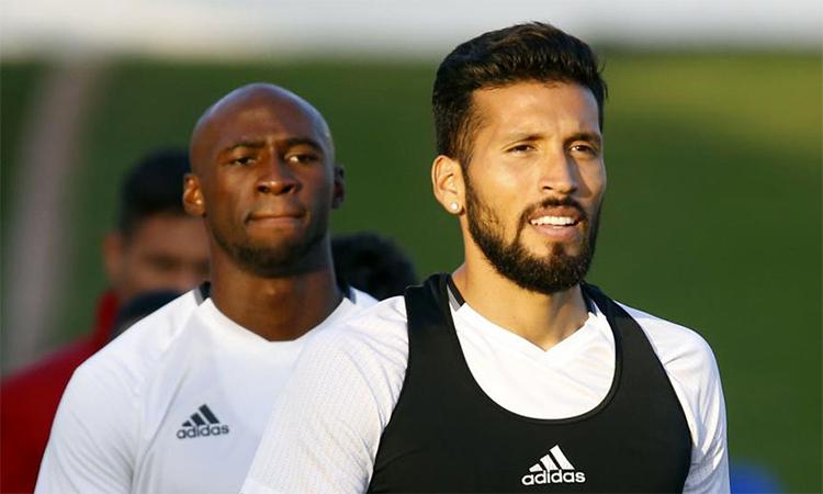 Garay (phải) và Mangala (trái) là hai trong năm thành viên Valencia dương tính với nCoV. Ảnh: Marca.