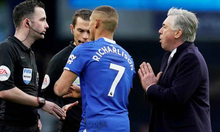 Ancelotti bi quan trước diễn biến tại Anh. Ảnh: Reuters.