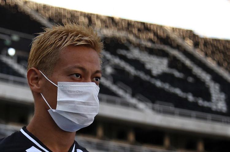 Khi ra sân để khởi động trước trận Botafogo - Bangu, Honda cũng đeo khẩu trang đeo kín mặt. Ảnh: Botafogo FR.