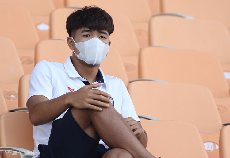 Đức Chinh ngồi trên khán đài sân Hoà Xuân theo dõi Đà Nẵng thua Sài Gòn 1-4 ngày 15/6. Ảnh: Phi Hải