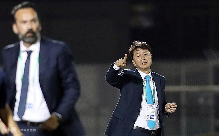 HLV Chung Hae-soung không bàn luận về những phát biểu của ông Lopez cho rằng trọng tài thiên vị TP HCM. Ảnh: Đức Đồng.