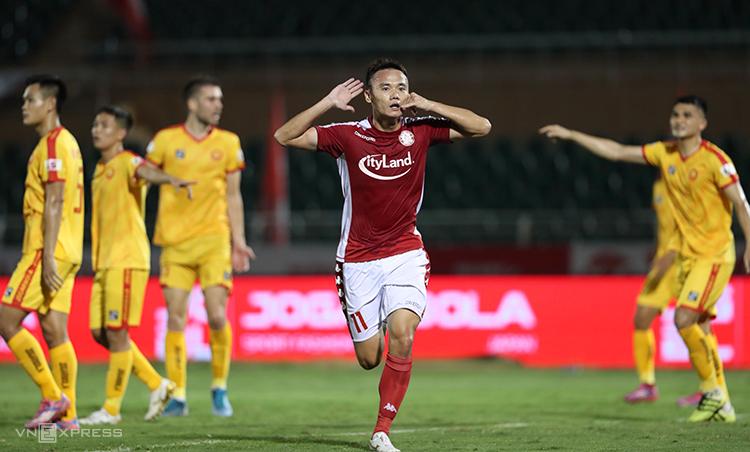 Xuân Nam mừng bàn thắng vào lưới Thanh Hóa, giúp TP HCM chiếm đỉnh bảng V-League. Ảnh: Đức Đồng.