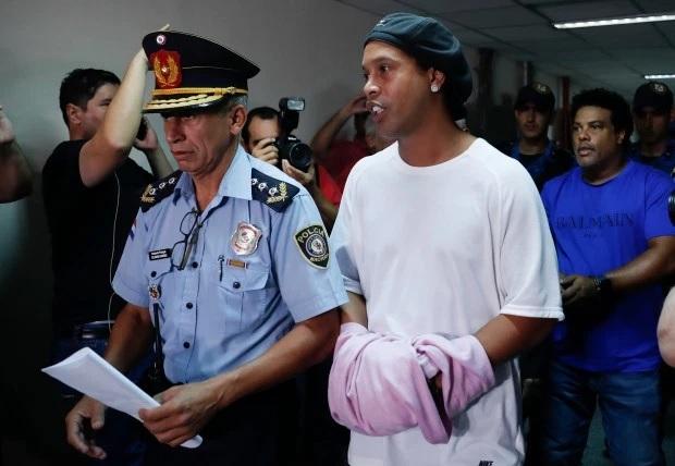 Ronaldinho bị bắt hôm 4/3. Ảnh: AP.