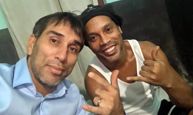 Cuevas (trái) chụp ảnh chung với Ronaldinho trong tù. Ảnh: Twitter.