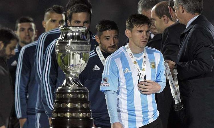Messi sẽ phải chờ thêm một năm để có thể cùng Argentina đoạt danh hiệu lớn đầu tiên, khi Copa America dời sang hè 2021. Ảnh: EFE.