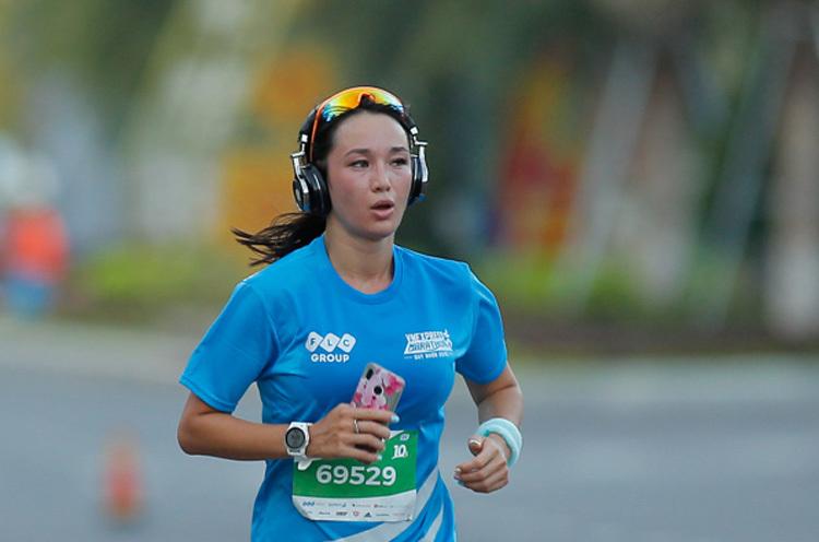 Vận động viên về đích tại giải chạy VnExpress Marathon Quy Nhơn 2019.