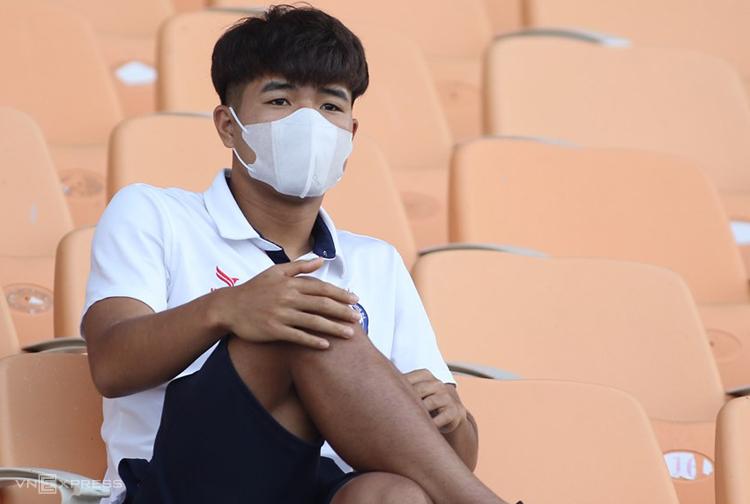Hà Đức Chinh ngồi trên khán đài theo dõi trận Đà Nẵng thua Sài Gòn 1-4 ngày 15/3. Ảnh: Phi Hải