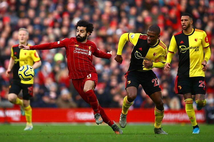 Salah (đỏ) đi bóng trong sự truy cản của cầu thủ Watford - đối thủ đầu tiên khiến họ tay trắng ở mùa này hồi đầu tháng 3.