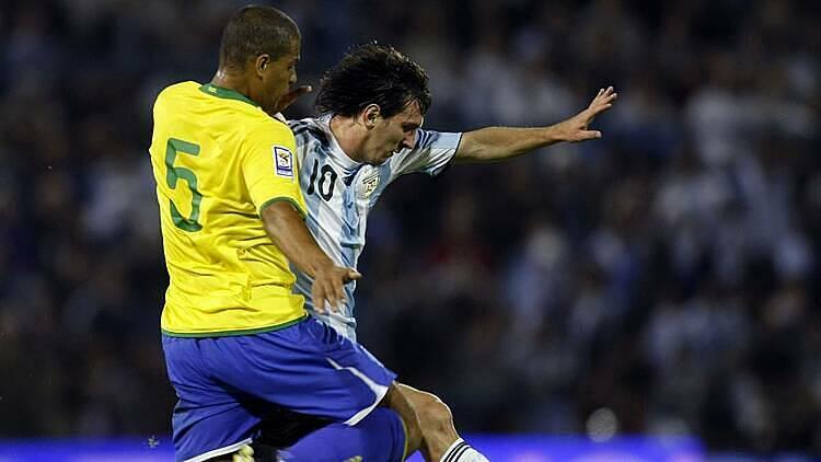 Melo (vàng) gây ức chế cho Messi với lối đá thô bạo. Ảnh: Reuters.