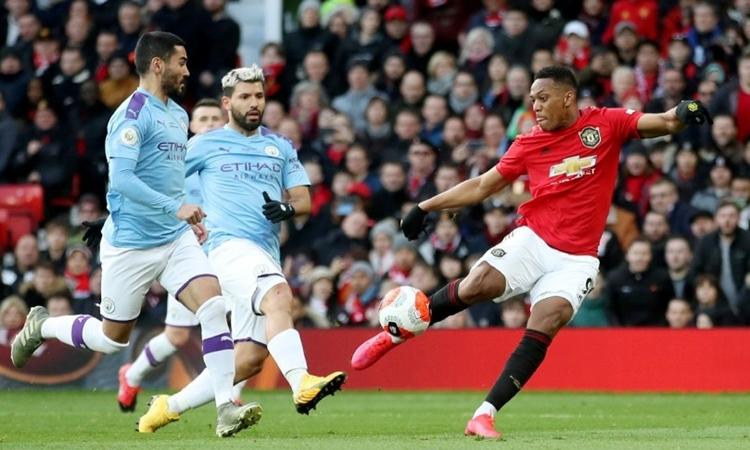 Man City (áo xanh) và Man Utd sẽ phải đá rất nhiều trận sau khi Ngoại hạng Anh trở lại. Ảnh: Reuters.