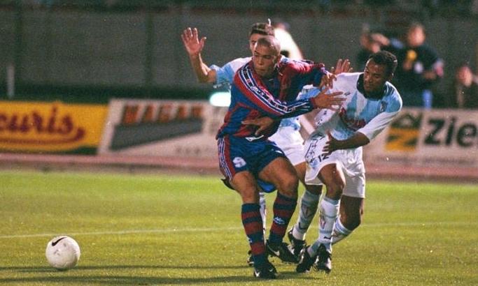 Ronaldo trong trận gặp Compostela hồi năm 1996. Hiện CLB này đang chơi ở giải tương đương hạng Tư của Tây Ban Nha.