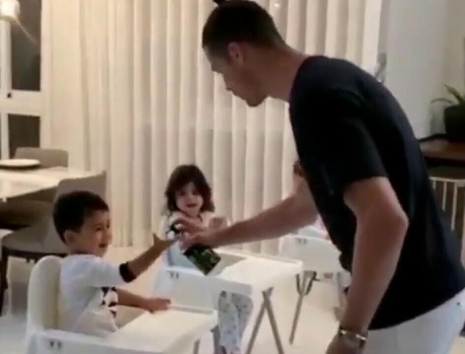 Ronaldo dạy các con cách rửa tay.Ảnh chụp màn hình.